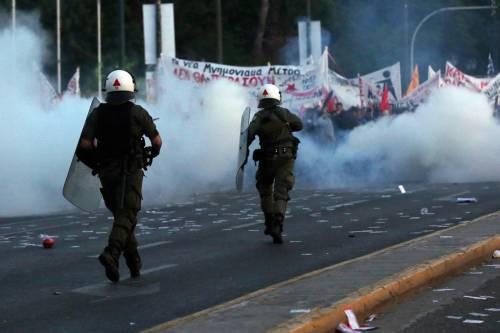 Grecia, scontri davanti al parlamento 14
