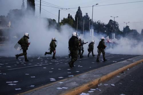 Grecia, scontri davanti al parlamento 16