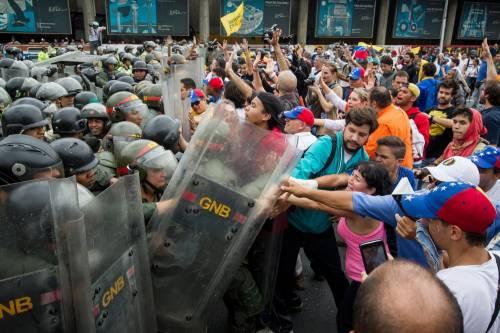 """Intelligence lancia l'allarme: """"Il Venezuela rischia il collasso"""""""