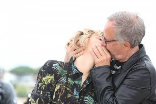 Bacio saffico al Festival di Cannes tra Valeria Bruni Tedesci e Juliette Binoche 6