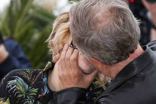 Bacio saffico al Festival di Cannes tra Valeria Bruni Tedesci e Juliette Binoche 3