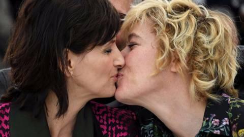 Bacio saffico al Festival di Cannes tra Valeria Bruni Tedesci e Juliette Binoche 11