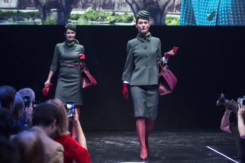 """""""Rosse come la Ferrari"""". Ecco le nuove divise Alitalia 8"""