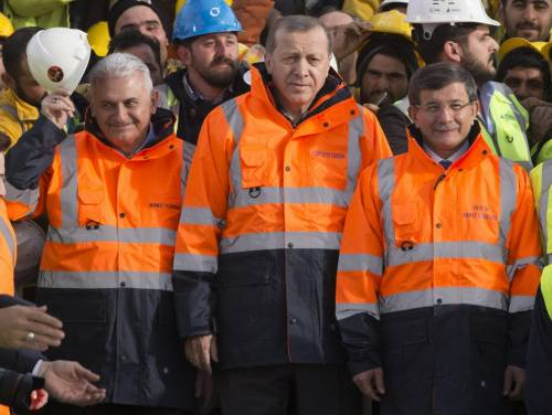 Il presidente Erdoğan (al centro) con l'ex premier Davutoğlu (r) e Yıldırım (s)
