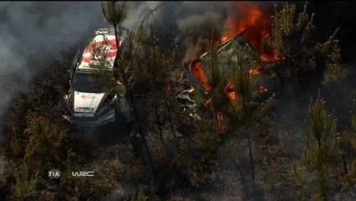 Portogallo, paura al rally: l'auto a fuoco nel bosco