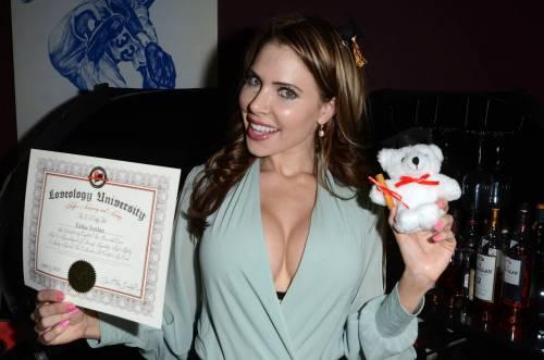 Coniglietta di Playboy si diploma: spettacolo hot alla cerimonia