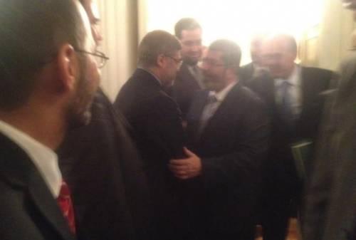 Spunta la foto che inguaia Sumaya: il padre stringe la mano a Morsi