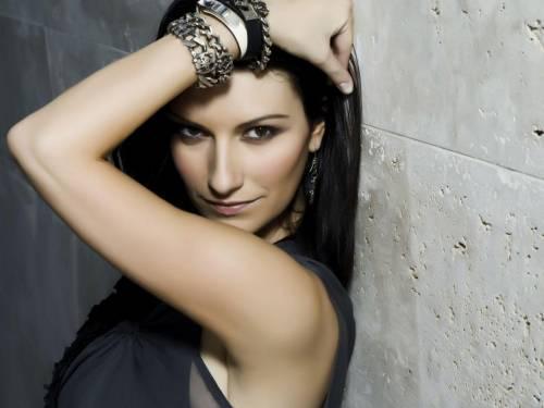 """Laura Pausini, fan la critica e lei risponde: """"Sono stakanovista"""""""