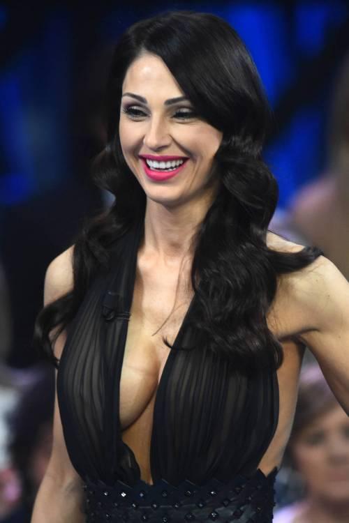 Anna Tatangelo colpisce ancora. Nude look e seno esplosivo in diretta: guarda la foto