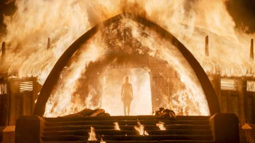 Emilia Clarke, nuda tra le fiamme 1