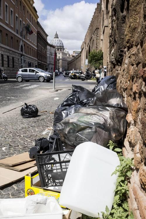 Roma, sciopero rifiuti: il disagio per le vie della città 9