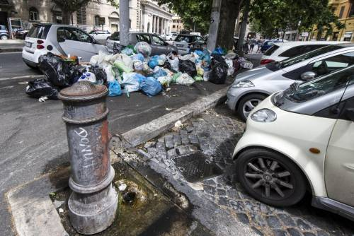 Roma, sciopero rifiuti: il disagio per le vie della città 17