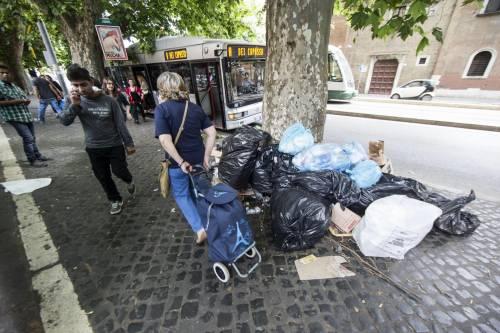 Roma, sciopero rifiuti: il disagio per le vie della città 19