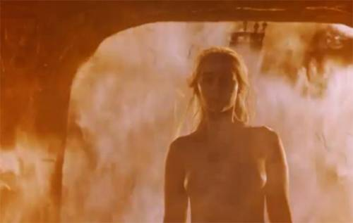 Emilia Clarke, nuda tra le fiamme 2