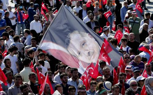 Sostenitori dell'Akp sventolano bandiere a un comizio per l'anniversario della Conquista di Istanbul