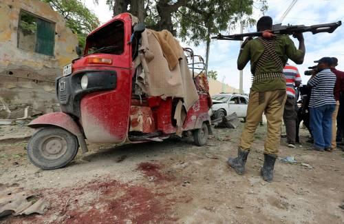 Un soldato del governo sulla scena di un'esplosione provocata da una bomba vicino a Mogadiscio