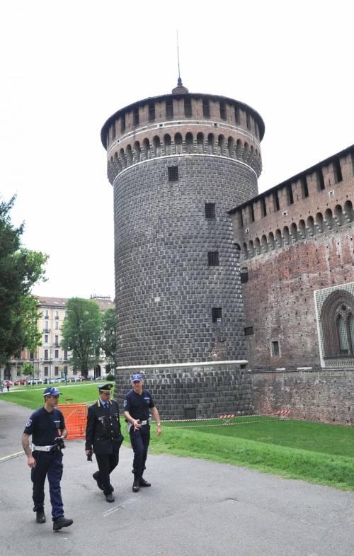 Crollano frammenti della torre: paura al Castello Sforzesco 8