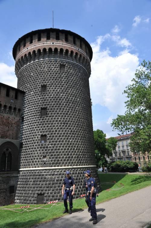 Crollano frammenti della torre: paura al Castello Sforzesco 12