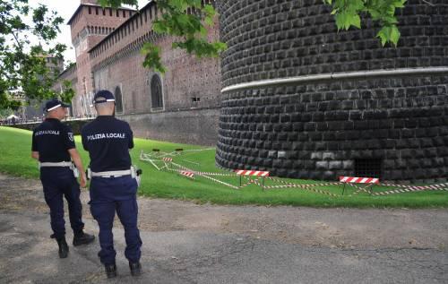 Crollano frammenti della torre: paura al Castello Sforzesco 11