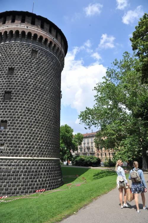 Crollano frammenti della torre: paura al Castello Sforzesco 10