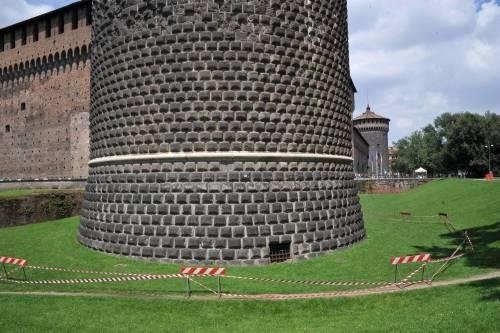 Crollano frammenti della torre: paura al Castello Sforzesco 14