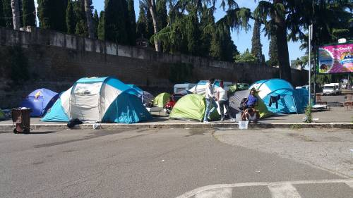 Emergenza profughi a Roma: in centinaia accampati in via Tiburtina  11
