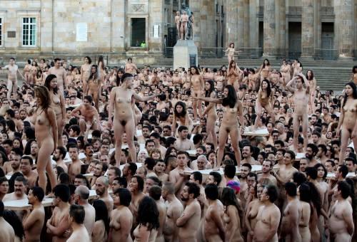 Bogotà, cittadini nudi in piazza per un progetto artistico: foto 4