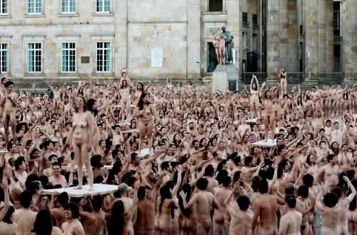 Bogotà, cittadini nudi in piazza per un progetto artistico: foto 6