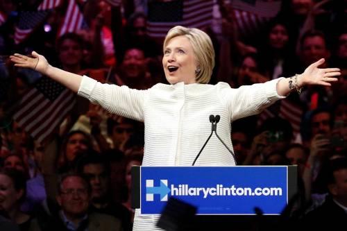 """Hillary Clinton celebra la prima nomination di una donna: """"Una pietra miliare"""""""