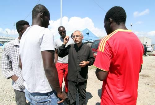 Rosarno, la tendopoli zeppa di migranti dove tutti odiano gli italiani
