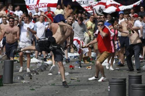 Marsiglia, scontri tra tifosi e polizia 6