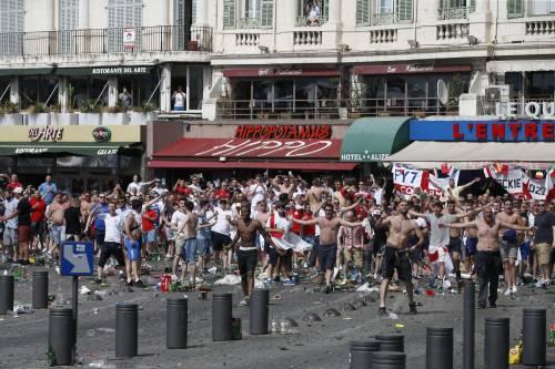 Marsiglia, scontri tra tifosi e polizia 8
