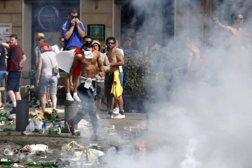 Marsiglia, scontri tra tifosi e polizia 13