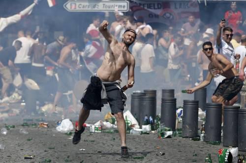 Marsiglia, scontri tra tifosi e polizia 12