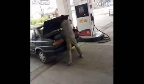 Pugni e schiaffi, poi chiude la moglie nel bagagliaio dell'auto