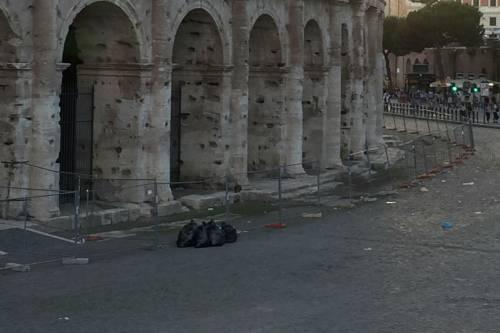 Il Colosseo della vergogna: turisti tra rifiuti ed escrementi 5