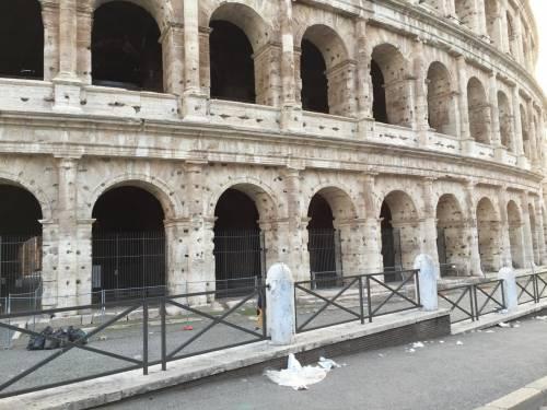 Il Colosseo della vergogna: turisti tra rifiuti ed escrementi 2