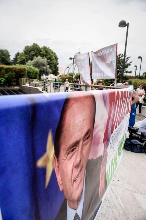 """""""Non mollare"""": l'abbraccio di tifosi e fan a Berlusconi 2"""