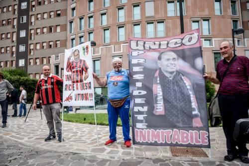 """""""Non mollare"""": l'abbraccio di tifosi e fan a Berlusconi 3"""