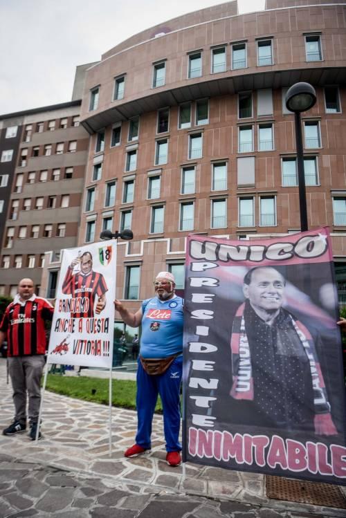 """""""Non mollare"""": l'abbraccio di tifosi e fan a Berlusconi 4"""