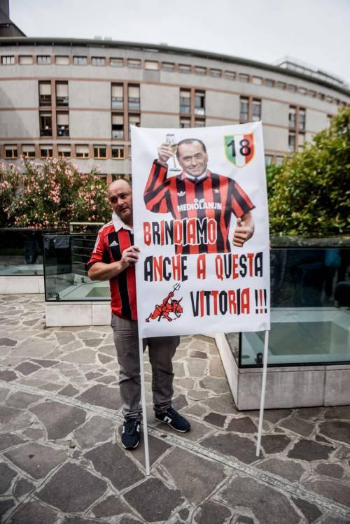 """""""Non mollare"""": l'abbraccio di tifosi e fan a Berlusconi 5"""