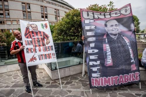 """""""Non mollare"""": l'abbraccio di tifosi e fan a Berlusconi 8"""