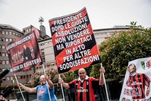 """""""Non mollare"""": l'abbraccio di tifosi e fan a Berlusconi 6"""