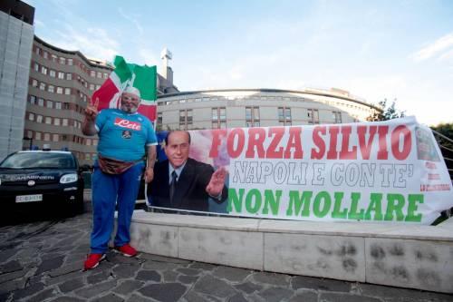 """""""Non mollare"""": l'abbraccio di tifosi e fan a Berlusconi 10"""