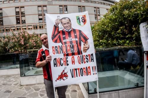 """""""Non mollare"""": l'abbraccio di tifosi e fan a Berlusconi 9"""