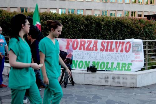"""""""Non mollare"""": l'abbraccio di tifosi e fan a Berlusconi 12"""