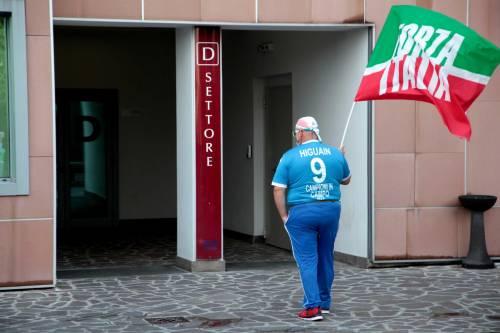 """""""Non mollare"""": l'abbraccio di tifosi e fan a Berlusconi 13"""