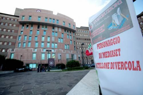 """""""Non mollare"""": l'abbraccio di tifosi e fan a Berlusconi 15"""