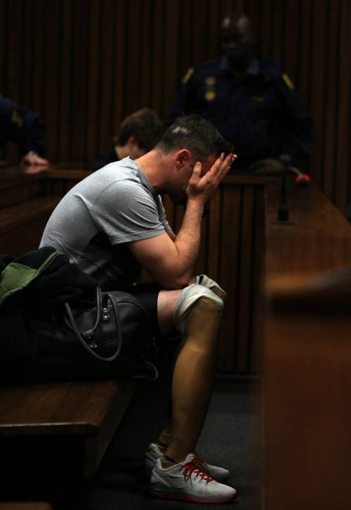 Pistorius sfila in aula senza protesi 3