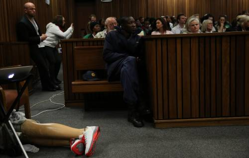 Pistorius sfila in aula senza protesi 8